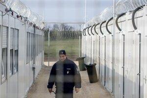 Maďarský policajt na hraničnom priechode so Srbskom.