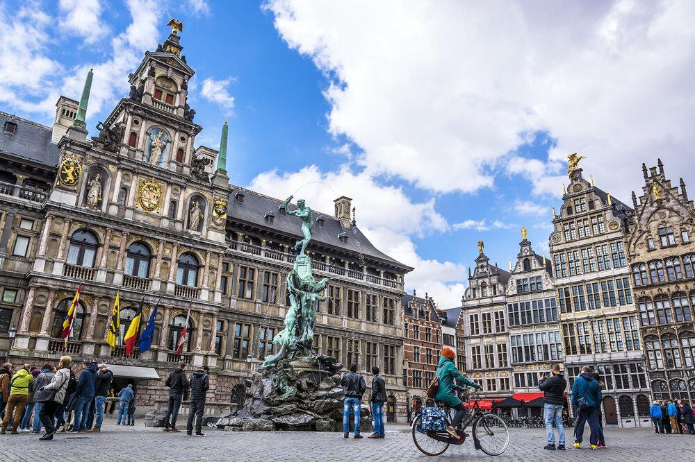 Historické centrum belgického mesta Antverpy pred koronakrízou.