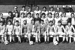 Mužstvo Plastiky Nitra 1985/86. Horný rad zľava: Mečár (masér), Hrmo, Lednický, Chatrnúch, M. Halás, Hipp, Antalík, stredný rad: Kanás (ved. m.), L. Molnár, Hodoško, F. Halás, Mikuš, Paluch, Dekýš, Gajdoš, Czuczor, Ondruška, Belica (lekár), dolný rad: Hovorka, Blaho, Herák, Horn (asistent trénera), Sapár (predseda), Jarabinský (tréner), Jež, Moravčík, Mihok.