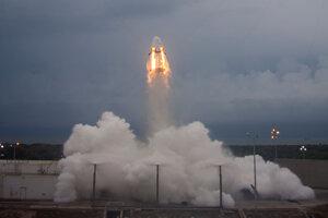 Úspešný test únikového systému počas štartu kapsuly Dragon 2 v máji 2015.