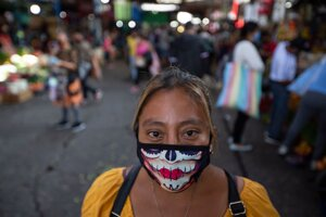 Žena s ochranným rúškom na trhu La Terminal v Guatemale 21. mája 2020.