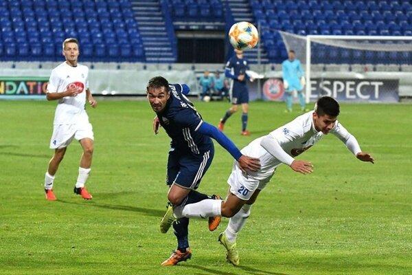 Kým popradskí futbalisti už môžu myslieť na ďalšiu sezónu, Trebišov si na druholigové bytie či nebytie musí počkať.