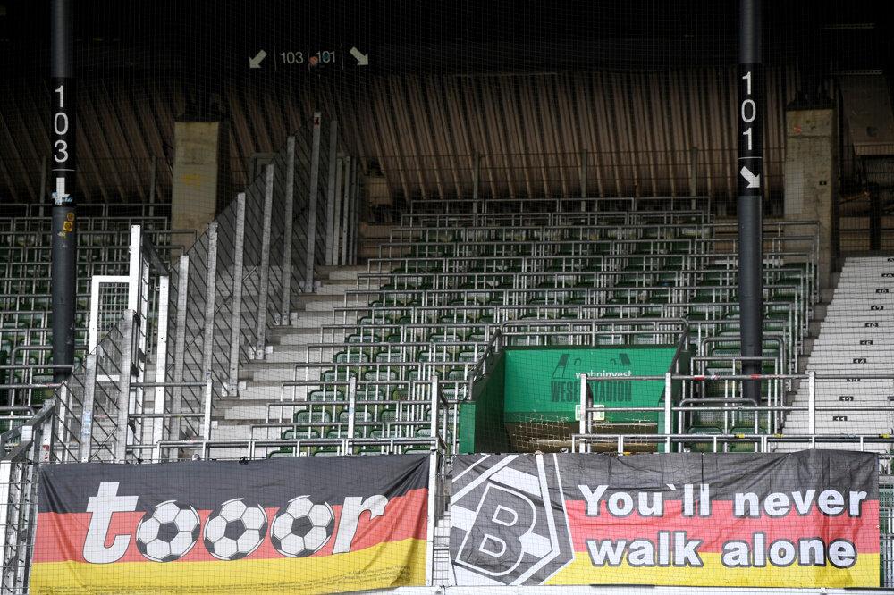 Prázdna tribúna s transparentmi pred zápasom 28. kola nemeckej Bundesligy Werder Brémy - Borussia Mönchengladbach.