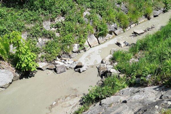 "V takomto stave vyzeral potok na Podháji po ""úprave"" koryta."