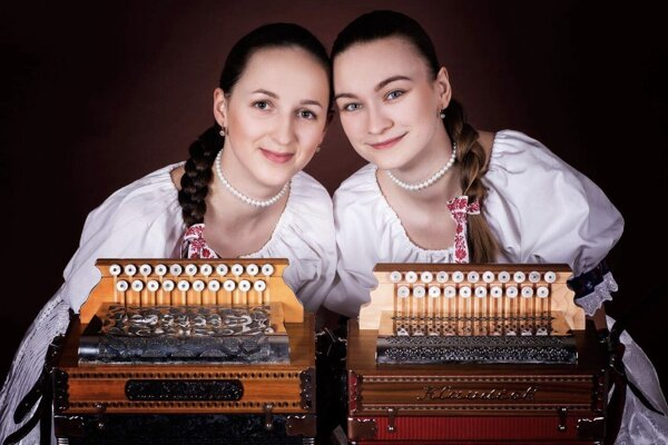 Patrícia Čepcová (vľavo) s priateľkou Libuškou účinkujú spolu aj v Kysuckom prameni.