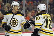 Peter Cehlárik (vľavo) ešte v drese Boston Bruins.