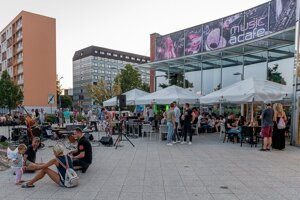 Fotka z minuloročných koncertov na terase.