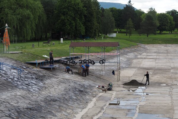 Prípravné práce pred spustením napúšťania vody do nádrže.