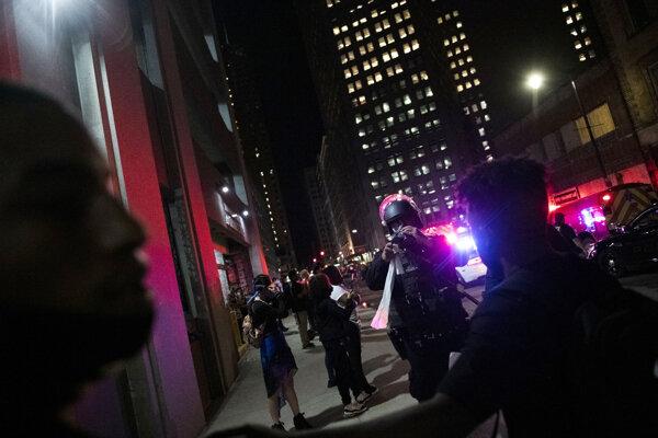Niekto začal strieľať na dav ľudí protestujúcich.