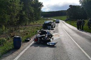 Motorkár podľahol zraneniam na mieste nehody.
