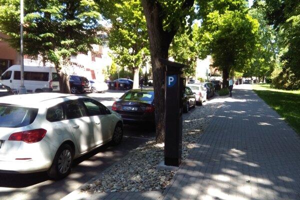 Ulica Pod Párovcami. Aj tu pribudol automat.