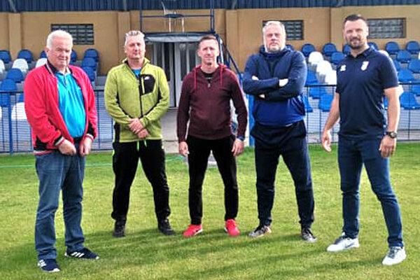 Kalná nad Hronom vminulom týždni predstavila nového trénera Bochnoviča ašportového riaditeľa Pizúra. (Zľava: E. Čornák, F. Lackó, M. Bochnovič, J. Pizúr aMichal Guťan.)