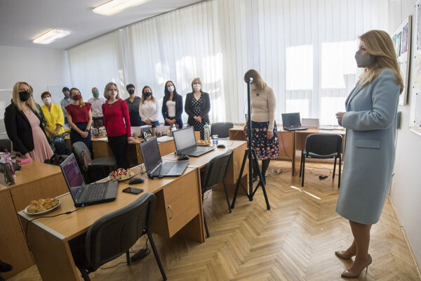 Čaputová sa rozpráva s učiteľmi a učiteľkami počas návštevy Základnej školy v Lozorne.
