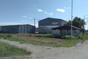Tento areál v Michalovciach, ktorý zrekonštruovali na nové centrum, už vlastní košická firma JK Servis. Kúpila ho od stavebnej spoločnosti Ekostav, ktorá sa presťahovala do Košíc.