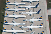Lietadlá spoločnosti Lufthansa odparkované v areáli letiska Berlín-Brandenbursko v nemeckom Schönefelde.
