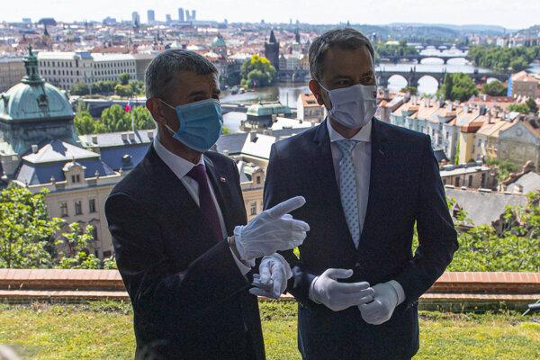 Predseda vlády SR Igor Matovič (vpravo) a český premiér Andrej Babiš počas stretnutia v Prahe.