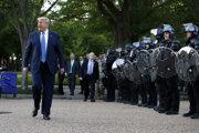 Trumpovi vyprázdnili námestie od pokojných demonštrantov.