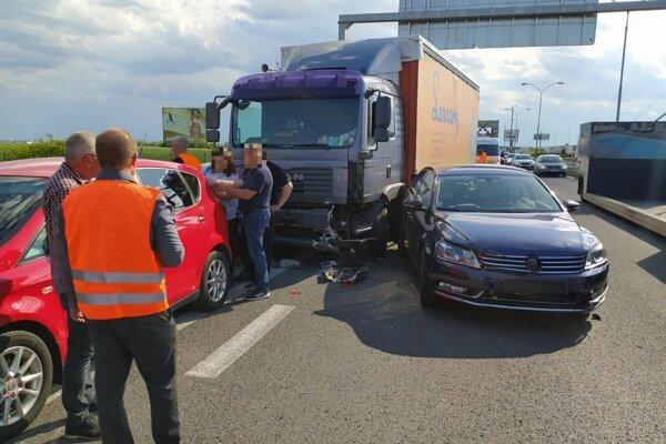 Kamión narazil do stojacích áut.