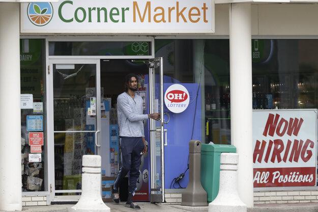 Obchod v meste Lyndhurst v Ohiu s inzerátom o najímaní zamestnancov.