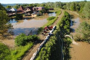 Povodne 2010 - Kendice - odčerpávanie vody.