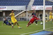 Jadon Sancho (v žltom drese) strieľa gól.