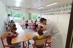 Richnavskí školáci v kontajnerovej škole.