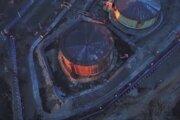 Na videosnímke nákladné vozidlá ruského ministerstva pre mimoriadne situácie zasahujú na mieste úniky dieselového paliva zo zásobníka tepelnej elektrárne v blízkosti mesta Noriľsk 3. júna 2020.
