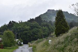 Kapušiansky hrad. Na kopci sú stále domy.