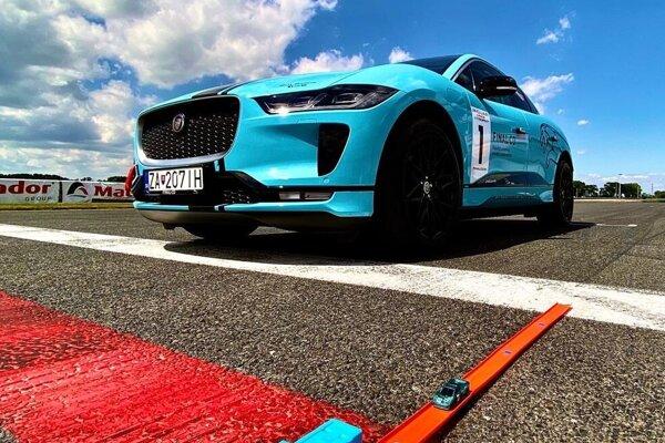 Na štarte sa stretnú Jaguar I-Pace v mierke 1:1 a Jaguar XJ220 v mierke 1:64.