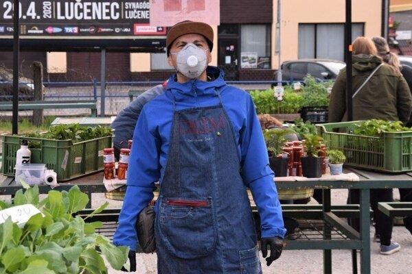 Farmár z Chilli farmy Divín počas prvého trhu v Lučenci po uvoľnení opatrení.