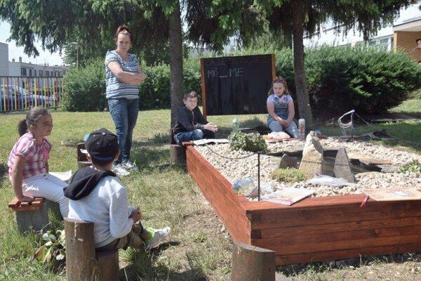 """V základnej škole s Materskou školou v Opatovej(Lučenec využívajú počas slnečných dní aj takúto nezvyčajnú """"Class in nature""""."""