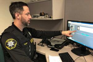 Jeff Talbot z úradu šerifa vo Washingtone vysvetľuje ako softvér na rozpoznávanie tvárí pomohol vyriešiť zožin.