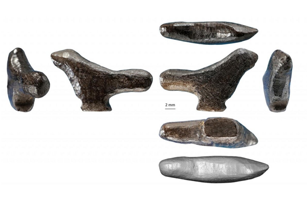 Fotka a 3D rekonštrukcia miniatúrnej sošky vtáka.