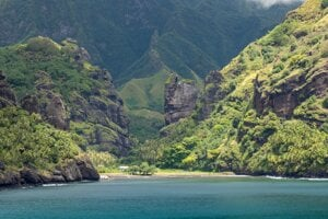 Ilustračná fotografia. Fatu Hiva, jeden z Markézskych ostrovov v južnom Tichom oceáne. Vedci v novej štúdii zistili, že hlboko pod ostrovmi sa nachádza obrovský útvar zložený zrejme z veľmi hustých hornín.