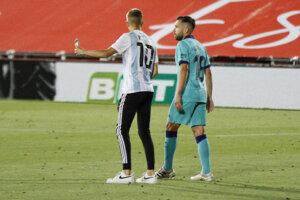 Narušiteľ zápasu žiada Jordiho Albu o fotografiu.