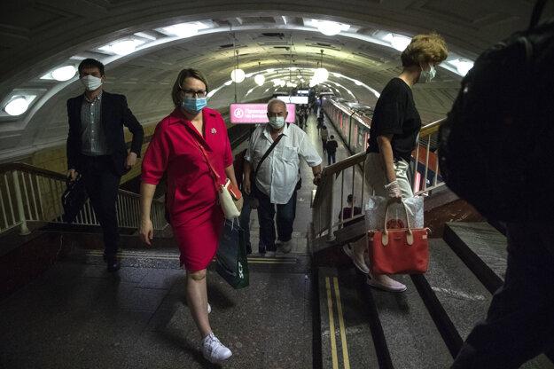 Ľudia s ochrannými rúškami v moskovskom metre.