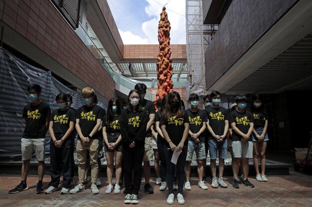 Univerzitní študenti si minútou ticha uctievajú pamiatku obetí pred sochou