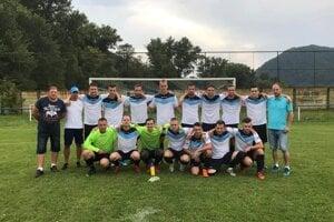 Mužstvo OŠK Rudina ešte s trénerom Róbertom Padychom (v šiltovke)