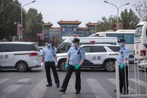 Polícia hliadkuje pri vstupe na trh  Sin-fa-ti.