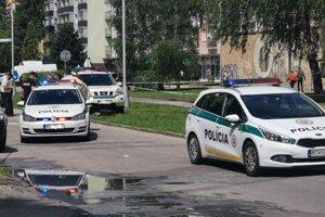 Zásah policajtov vo Vrútkach. Útočník s nožom vyčíňal v škole.