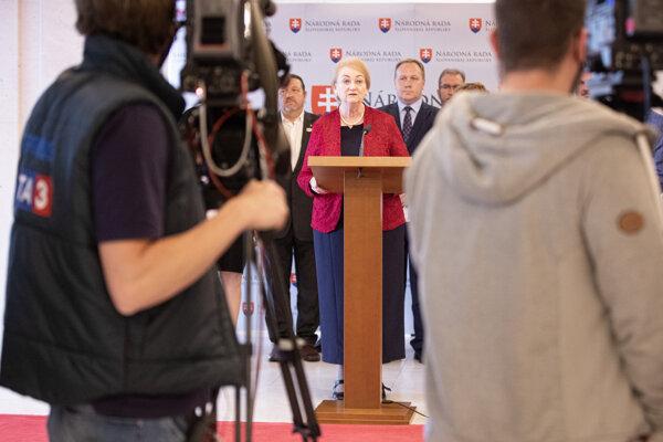 Členka klubu OĽANO a predsedníčka Kresťanskej únie Anna Záborská (uprostred) počas tlačovej konferencie.