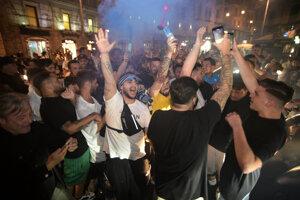 Fanúšikovia v uliciach Neapolu po výhre vo finále Talianskeho pohára.