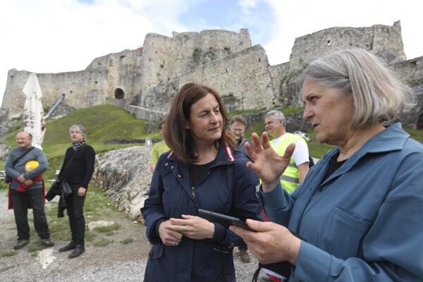 Zľava ministerka kultúry Natália Milanová a riaditeľka Spišského múzea v Levoči Mária Novotná.