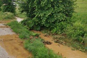 Voda s bahnom zaplavila aj hlavnú cestu za Spišskými Vlachmi.