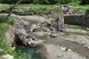 Zničená hrádza na Orvišníku.