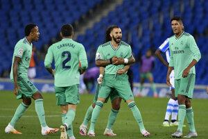 Radosť Karima Benzemu a ďalších hráčov Realu Madrid po strelenom góle.