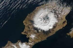 Družicový záber na približne desaťkilometrový kráter, ktorý vytvorila erupcia sopky Okmok v roku 43 pred naším letopočtom na aleutskom ostrove Umnak.