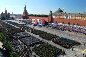 Vojenská prehliadka na počesť Dňa víťazstva nad fašizmom na Červenom námestí v Moskve 24. júna 2020.