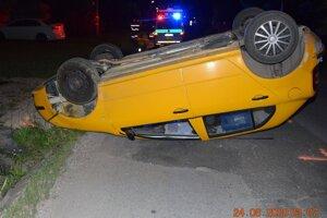 Auto po nehode. Vodič ušiel, bol opitý.