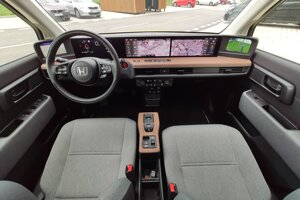 Interiér je zaujímavým mixom starých a moderných áut.